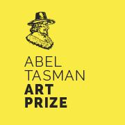 logo van de Abel Tasman Art Prize: gele achtergrond met het silhouet van Abel Tasman en de naam 'Abel Tasman Art Prize'