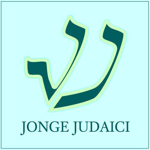 Logo van Jonge Judaici: een lichtblauwe achtergrond met de donkerblauwe, gestileerde letters J J in de vorm van de letter sjin en met de tekst 'Jonge Judaici'